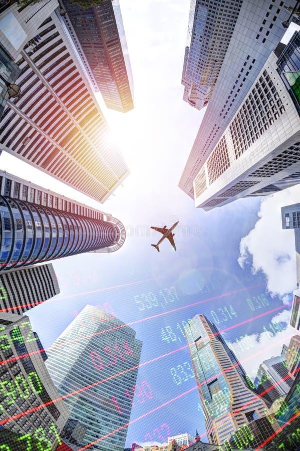 Conceito do negócio com o relógio do mercado de valores de ação em arranha-céus modernos imagem de stock