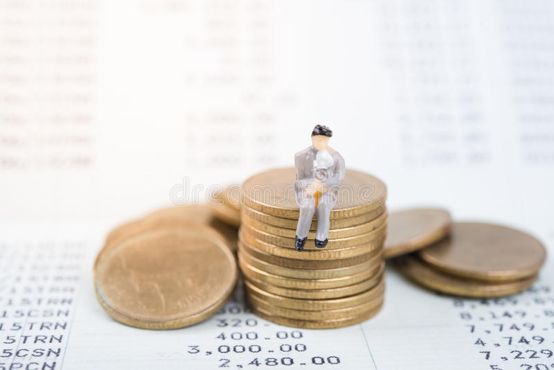 Conceito do negócio com os trabalhadores diminutos dos povos na moeda do dinheiro imagem de stock royalty free