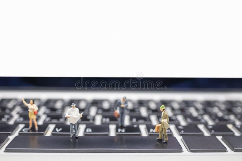 Conceito do negócio, do curso, da tecnologia e da informação Feche acima do grupo de figuras diminutas do homem de negócios com m imagem de stock