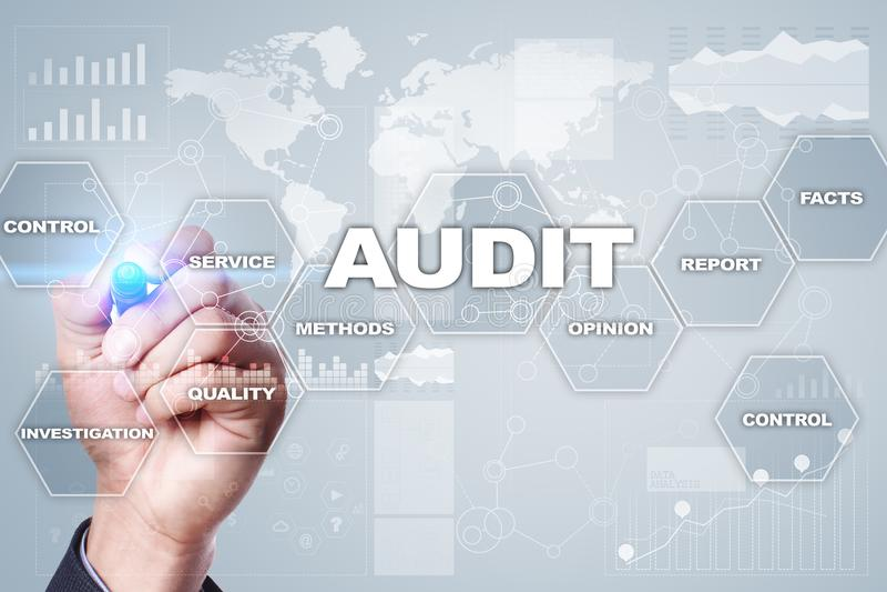 Conceito do negócio da auditoria auditor conformidade Tecnologia da tela virtual imagens de stock