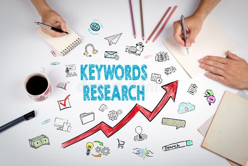 Conceito do negócio da pesquisa das palavras-chaves A reunião na tabela branca do escritório foto de stock royalty free