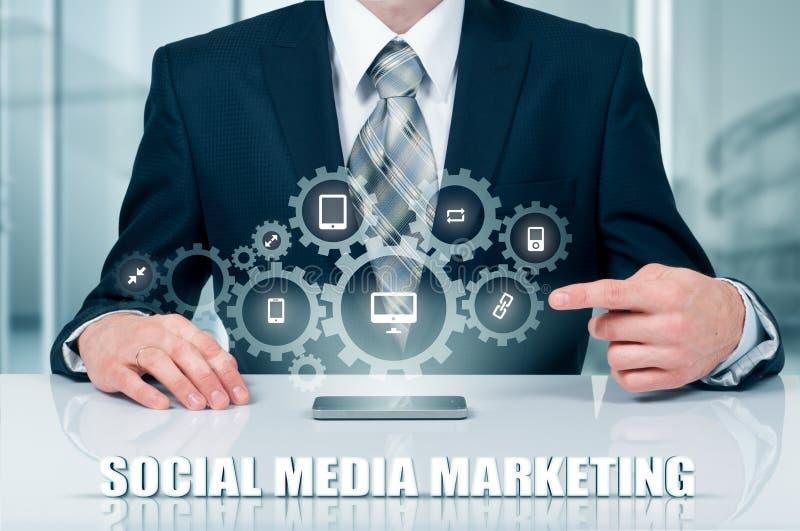 Conceito do negócio, da tecnologia, do Internet e dos trabalhos em rede SMM - Mercado social dos meios na exposição virtual fotos de stock