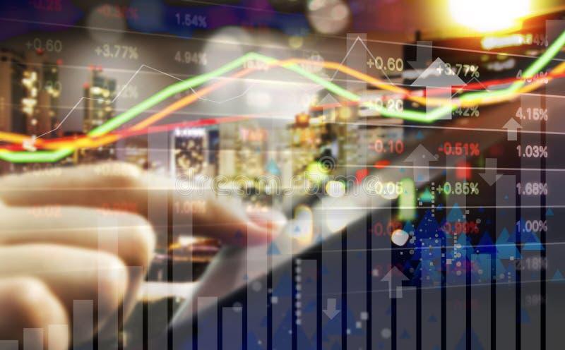 Conceito do negócio do mercado de valores de ação de troca da mão da mulher de negócio foto de stock