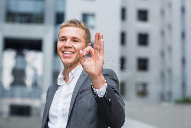 Conceito do negócio, dos povos, da visão e do sucesso - o homem de negócios de sorriso feliz nos monóculos e o terno que mostra e imagens de stock