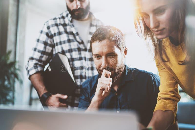 Conceito do negócio dos trabalhos de equipa Os colegas de trabalho team o assento na sala de reunião e a utilização do portátil h fotos de stock