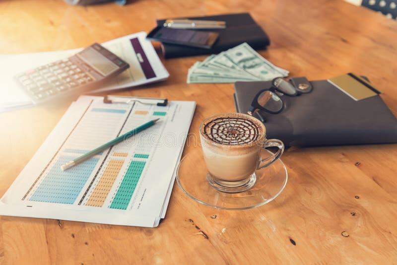 Conceito do negócio e da finança do funcionamento do escritório, mesa de escritório no dia de trabalho fotos de stock