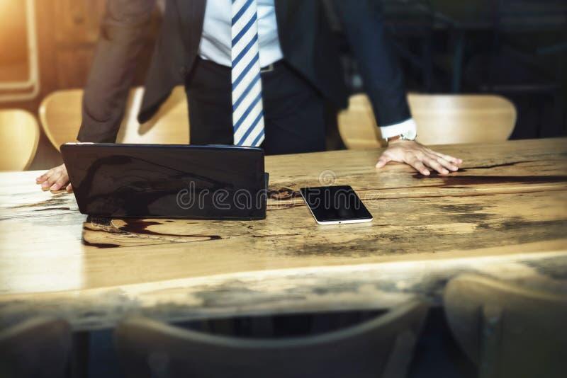 Conceito do negócio e da tecnologia O homem de negócios pôs as mãos sobre a tabela imagem de stock royalty free