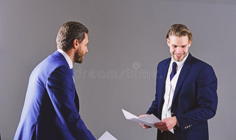 Conceito do negócio e do documento Homens no terno ou homens de negócios imagens de stock royalty free