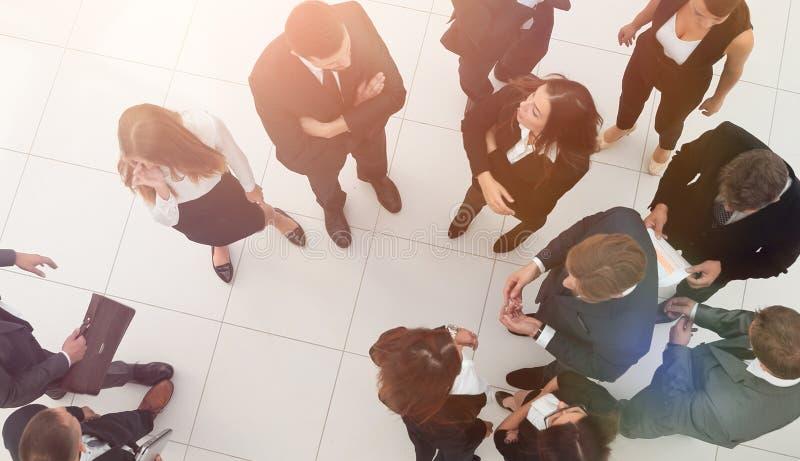 Conceito do negócio grupo de executivos na entrada do escritório fotografia de stock