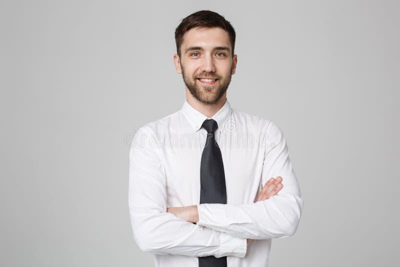 Conceito do negócio - homem de negócios bem sucedido novo que levanta sobre o fundo escuro Copie o espaço foto de stock royalty free