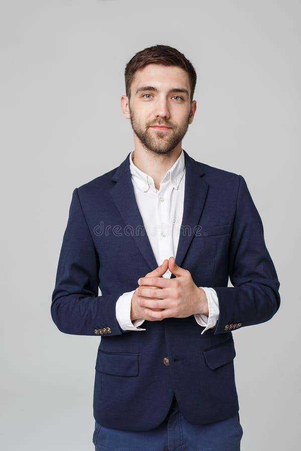 Conceito do negócio - homem de negócios bem sucedido novo do retrato que levanta sobre o fundo escuro Copie o espaço imagens de stock