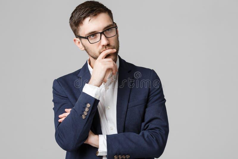 Conceito do negócio - homem de negócios bem sucedido novo do retrato que levanta sobre o fundo escuro Copie o espaço imagens de stock royalty free