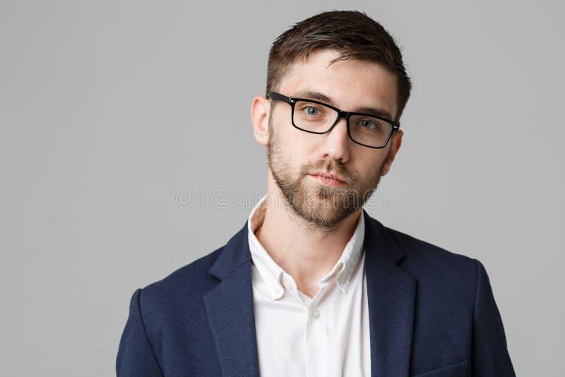 Conceito do negócio - homem de negócios bem sucedido novo do retrato que levanta sobre o fundo escuro Copie o espaço imagem de stock
