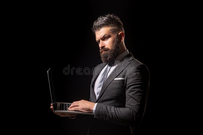 Conceito do negócio Homem de negócios no retrato preto do terno no fundo preto Oferta de trabalho Negócio seguro imagem de stock