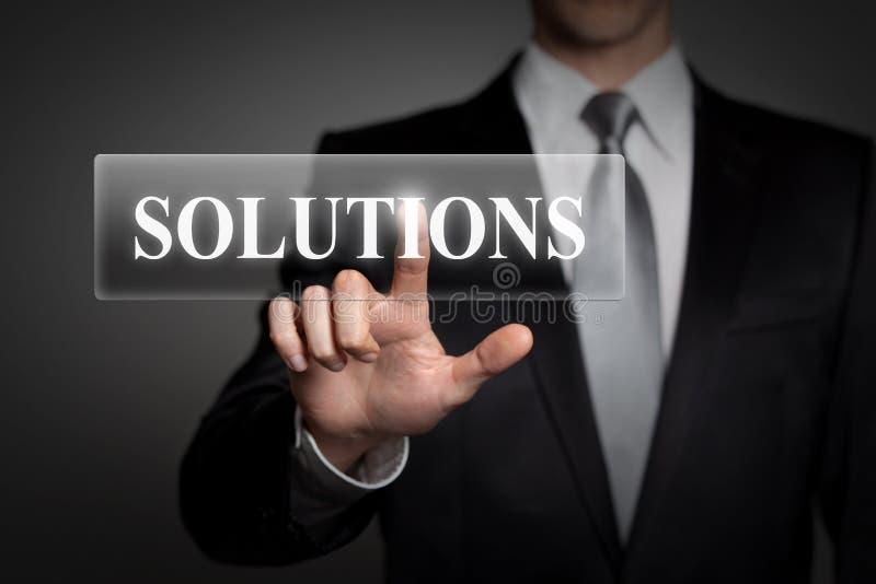 Conceito do negócio - homem de negócios pressiona o botão virtual da relação do écran sensível - palavra inglesa SOLUÇÕES ilustração do vetor