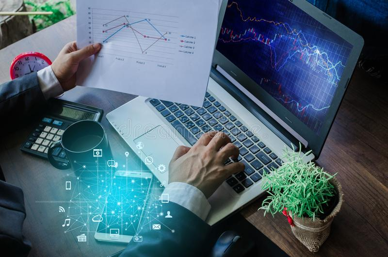 Conceito do negócio Homem de negócios que trabalha o portátil genérico do projeto Tou foto de stock royalty free
