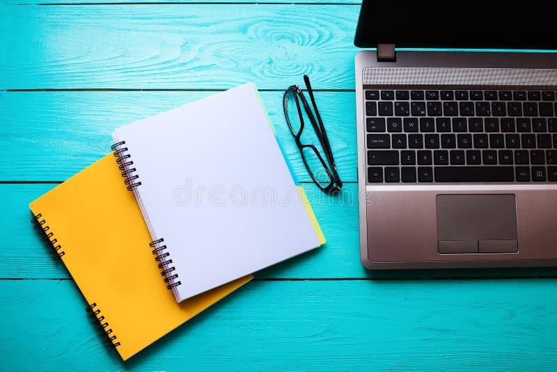 Conceito do negócio Instrução em linha Local de trabalho com computador e cadernos com espaço da cópia Vista superior Zombaria ac imagens de stock royalty free