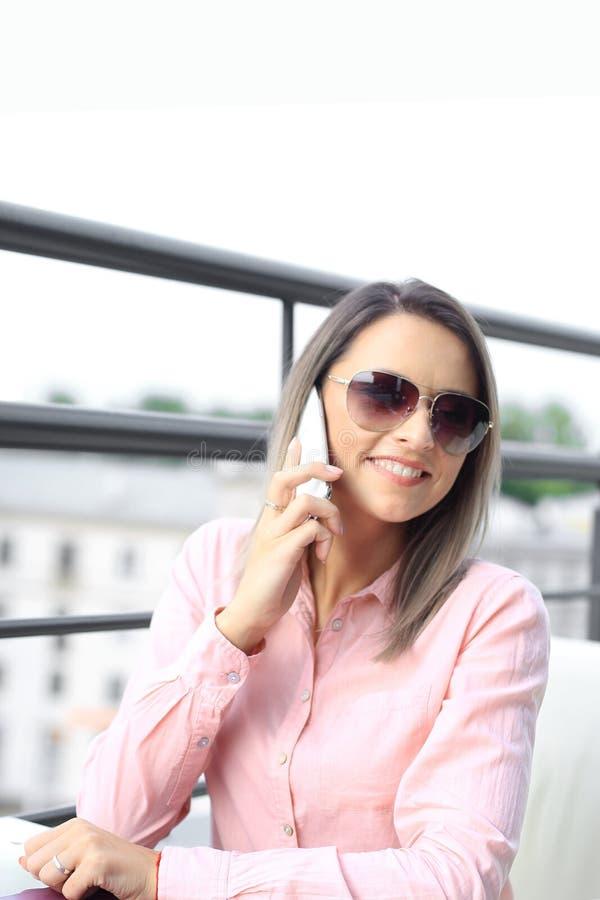 Conceito do negócio - mulher de negócios que fala no telefone fotos de stock