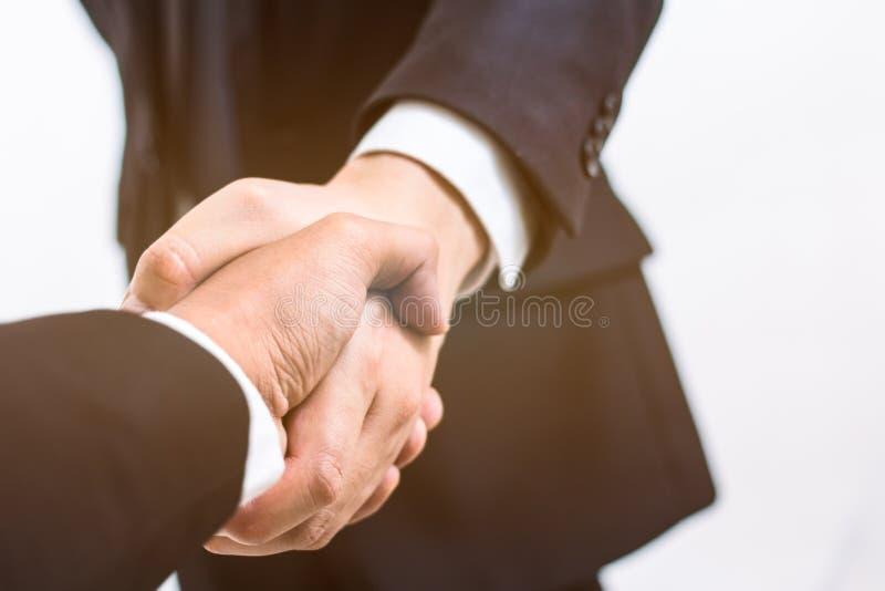 Conceito do negócio O aperto de mão para concede o acordo no contrato foto de stock