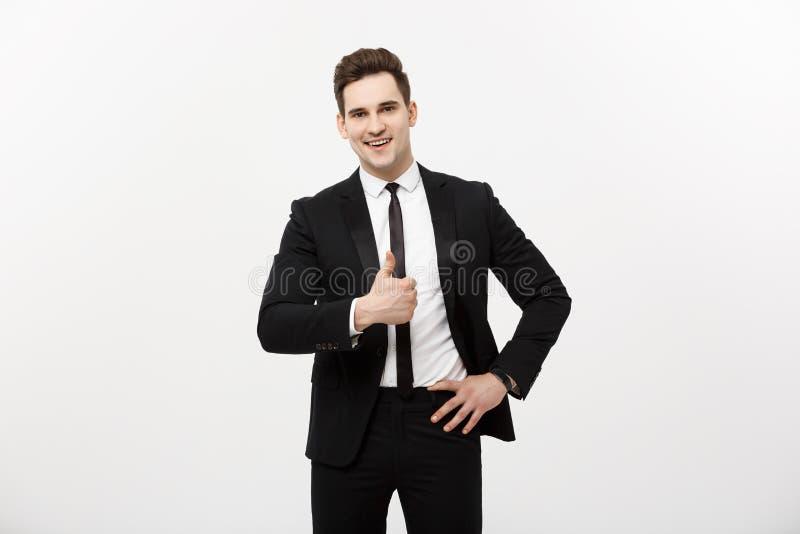 Conceito do negócio: O retrato do homem entusiasmado com boca aberta vestiu-se no vestuário formal que dá os polegares-acima cont fotografia de stock
