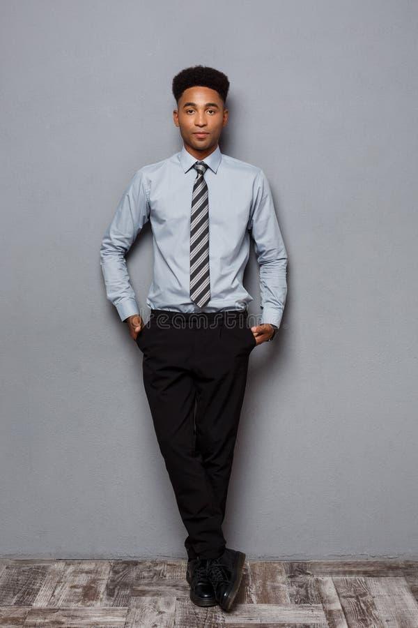 Conceito do negócio - retrato completo do comprimento do homem de negócios afro-americano seguro no escritório fotografia de stock
