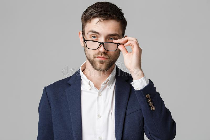 Conceito do negócio - retrato de um homem de negócios considerável no terno com pensamento sério dos vidros com facial fatigante fotografia de stock royalty free