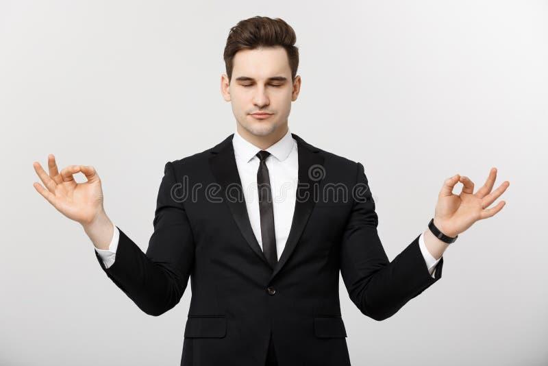 Conceito do negócio - retrato do homem de negócios caucasiano considerável que faz a meditação e a ioga dentro antes de trabalhar imagens de stock royalty free