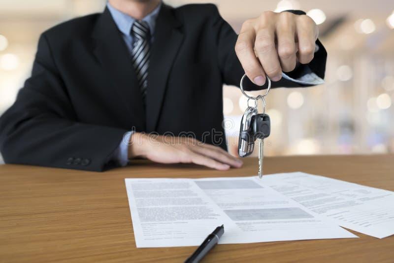 Conceito do negócio, seguro de carro, venda e carro da compra, financiamento do carro imagens de stock