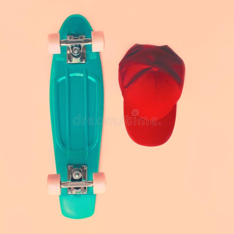 Conceito do olhar da forma Skate e tampão, vista superior vintage fotografia de stock royalty free