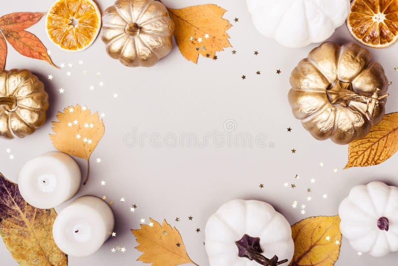 Conceito do outono ou do dia da ação de graças Abóbora dourada, folhas secas e quadro da vela no fundo cinzento imagens de stock royalty free