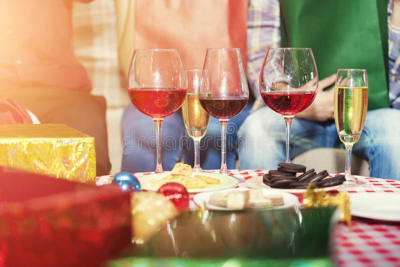 Conceito do partido e da celebração Close up de vidros do champanhe em t fotografia de stock royalty free