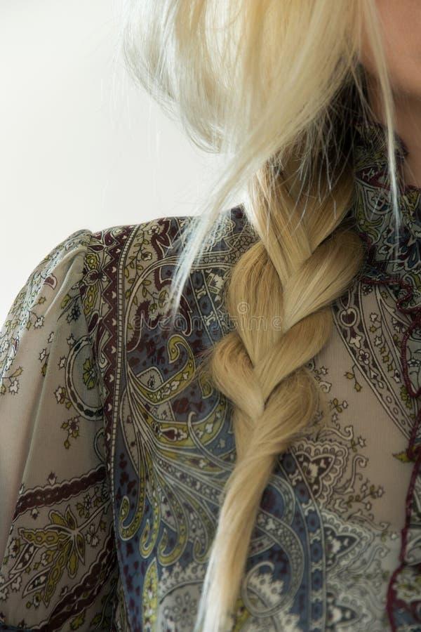 Conceito do penteado à moda Close-up de uma mulher loura com cabelo da trança foto de stock