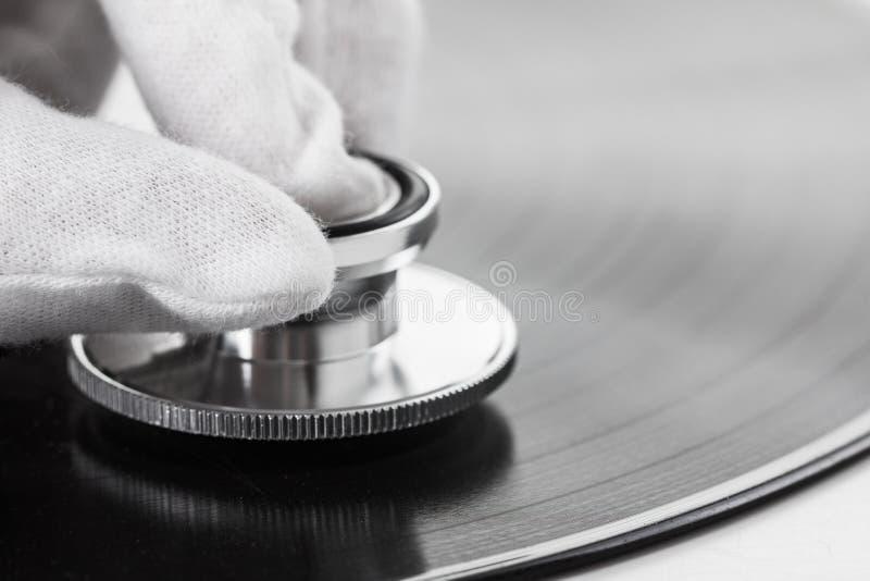 Conceito do perito da música velha no vinil com som análogo imagem de stock