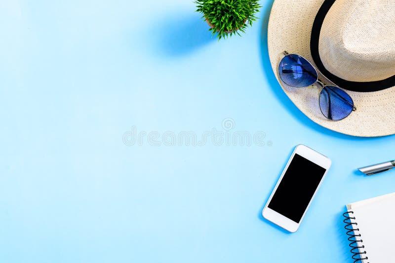 Conceito do planeamento do curso do verão da vista superior com chapéu branco, olhos azuis foto de stock royalty free