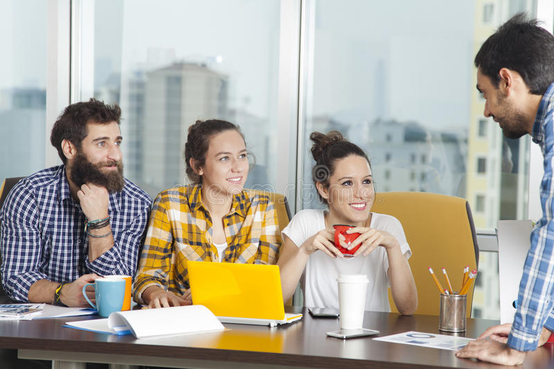 Conceito do planeamento da sessão de reflexão dos trabalhos de equipa do negócio fotos de stock royalty free