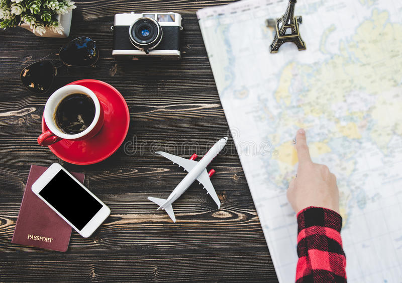 Conceito do planeamento de turista do viajante no mapa com câmera e passaporte imagens de stock royalty free