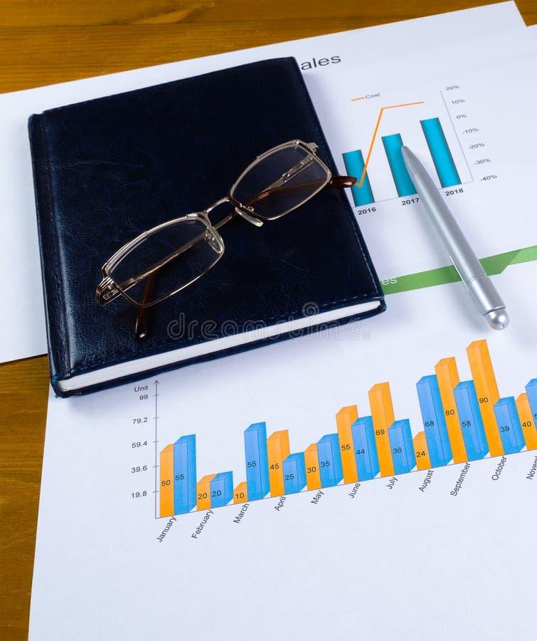 Conceito do planeamento empresarial Cartas, vidros do caderno e uma pena de esferogr?fica no desktop fotografia de stock