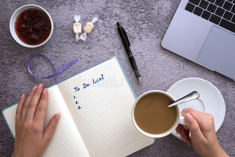 Conceito do plano do projeto do neg?cio, caf? da manh? sobre no desktop imagem de stock