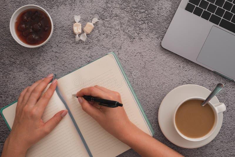 Conceito do plano do projeto do neg?cio, caf? da manh? sobre no desktop fotografia de stock