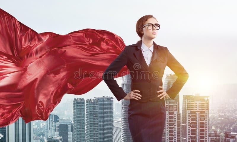 Conceito do poder e do sucesso com super-herói da mulher de negócios na cidade grande fotografia de stock royalty free