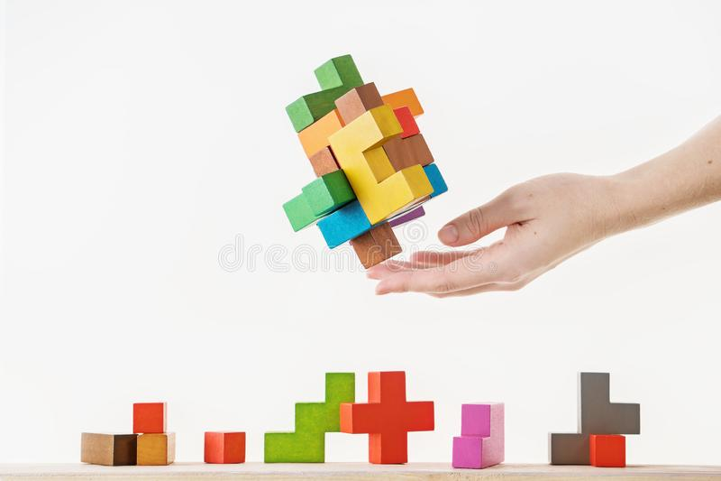 Conceito do processo de tomada de decisão, pensamento lógico Tarefas lógicas O enigma, encontra a parte faltante de proposta Hold imagens de stock