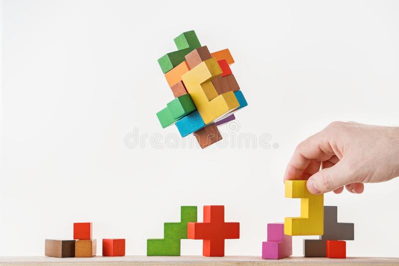 Conceito do processo de tomada de decisão, pensamento lógico Tarefas lógicas O enigma, encontra a parte faltante de proposta Hold fotos de stock
