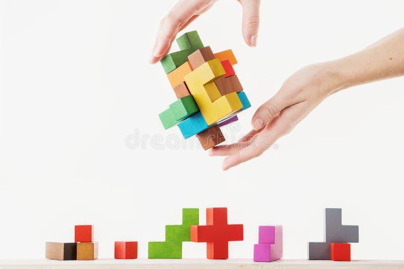 Conceito do processo de tomada de decisão, pensamento lógico Tarefas lógicas O enigma, encontra a parte faltante de proposta Hold foto de stock