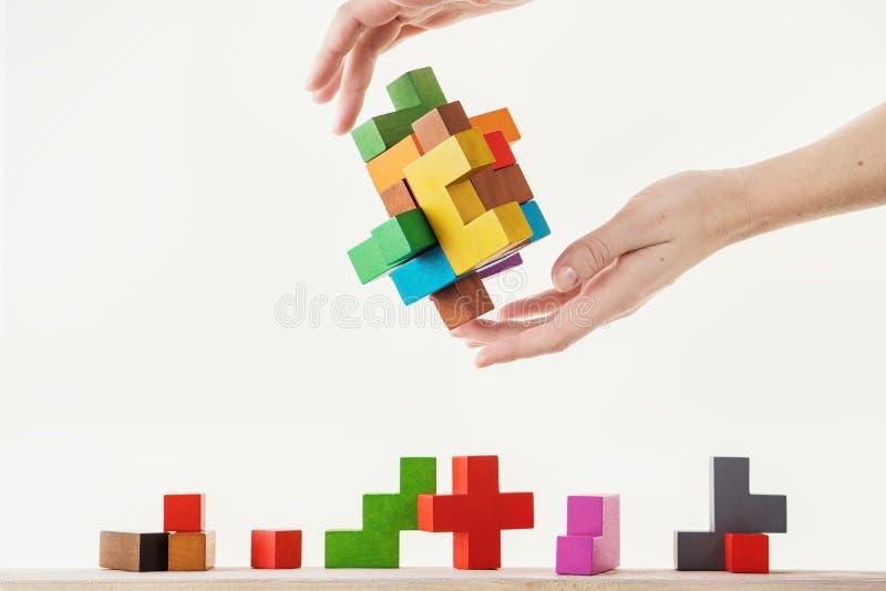 Conceito do processo de tomada de decisão, pensamento lógico Tarefas lógicas O enigma, encontra a parte faltante de proposta Mão foto de stock royalty free