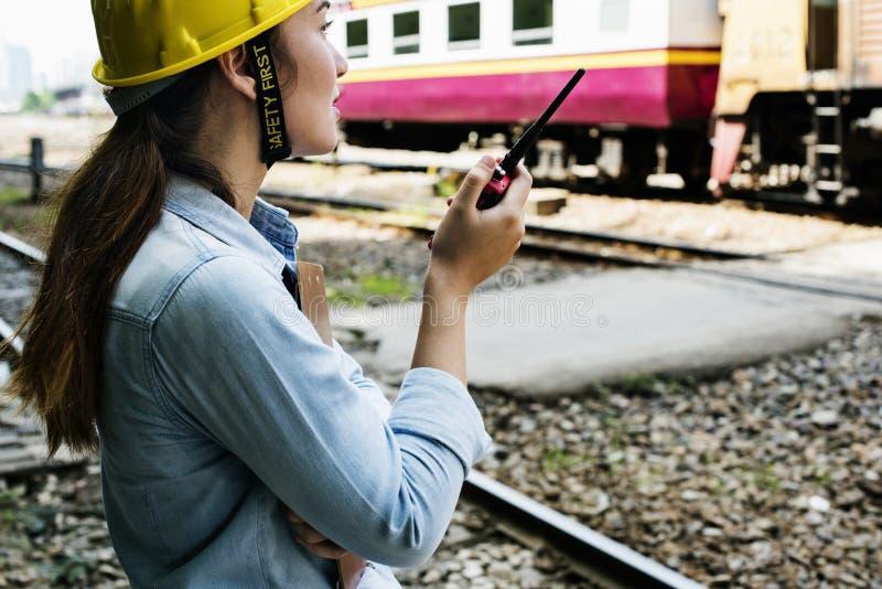 Conceito do projeto da segurança do trem da avaliação da mulher foto de stock royalty free
