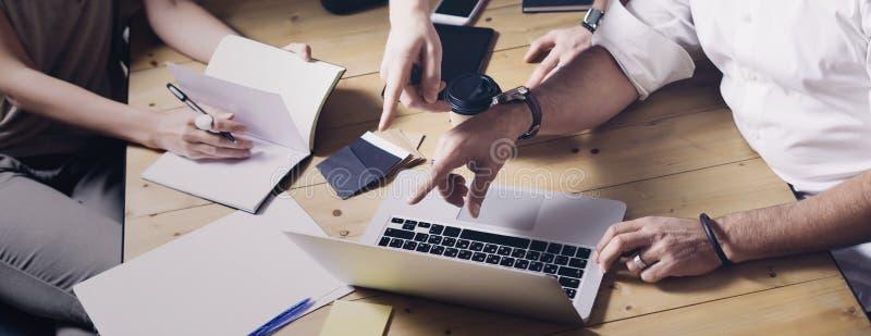 Conceito do projeto novo do negócio da ideia da apresentação Homem de negócios que discutem ideias com o diretor da conta e criat foto de stock