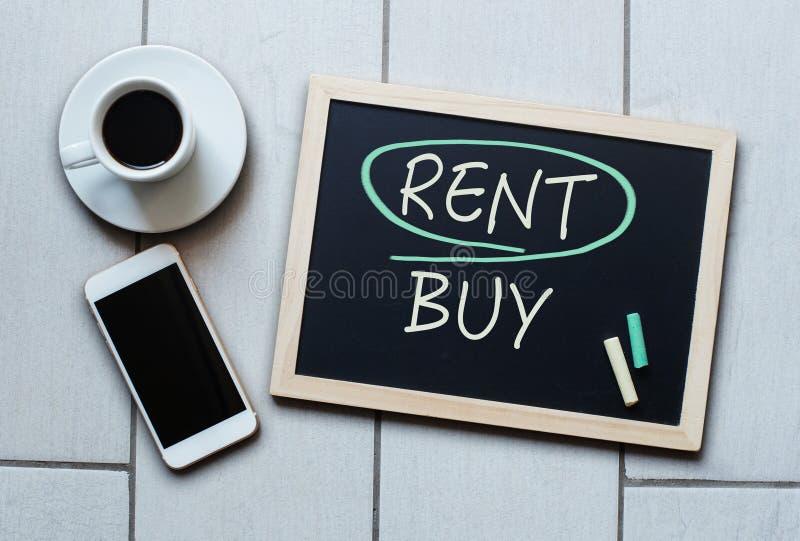 Conceito do quadro-negro da compra do aluguel não Escolhendo a compra sobre o aluguer imagem de stock