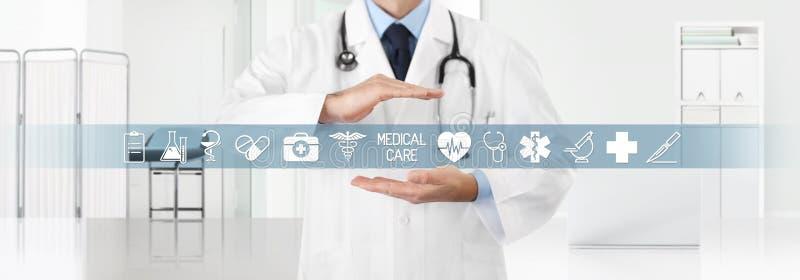 Conceito do seguro da cobertura médica, doutor das mãos cobrindo símbolos e ícones com a clínica no fundo, no espaço da cópia e n foto de stock royalty free
