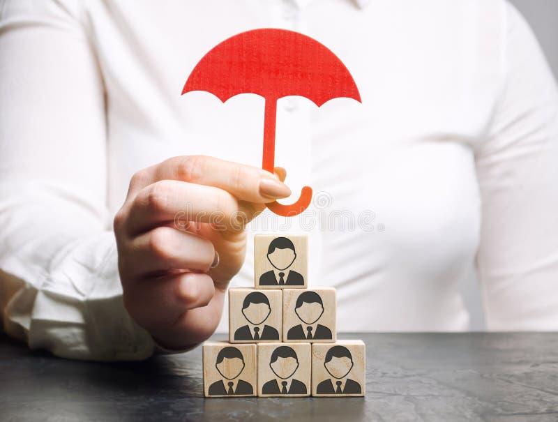 Conceito do seguro da equipe Cuidado do empregado Seguro de vida Segurança e segurança em uma equipe do negócio Recursos humanos  imagens de stock
