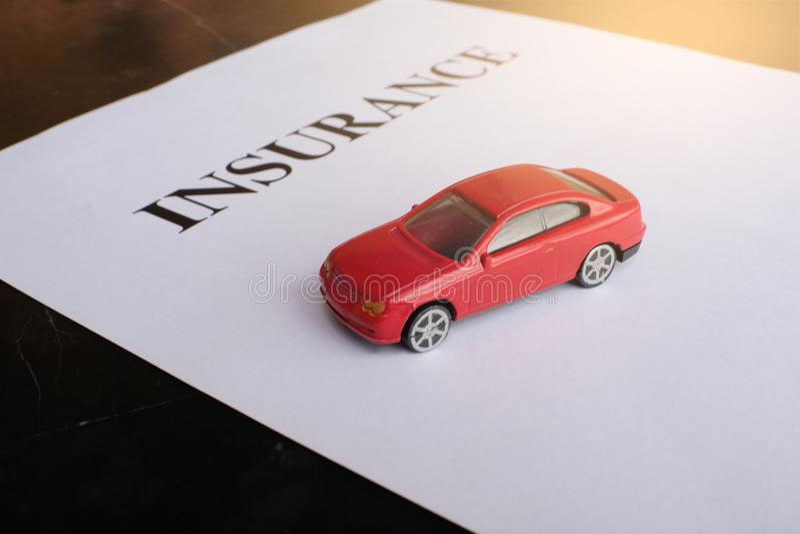 Conceito do seguro de carro com política foto de stock